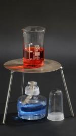 Szklany palnik spirytusowy z trójnogiem i płytką metalową